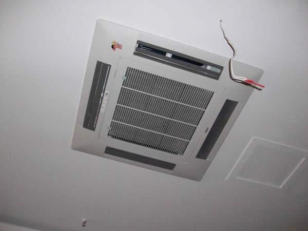 海尔四面出风嵌入机安装面板后--济南中央空调